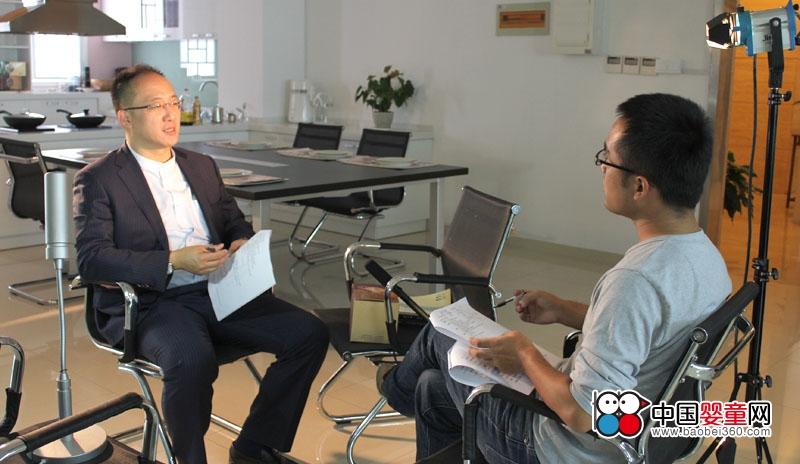钟宇富接受央视记者采访