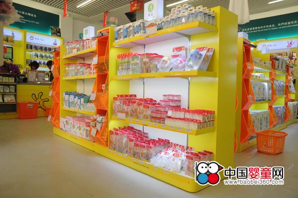朝太阳母婴便利店形象展示奶瓶产品橱窗